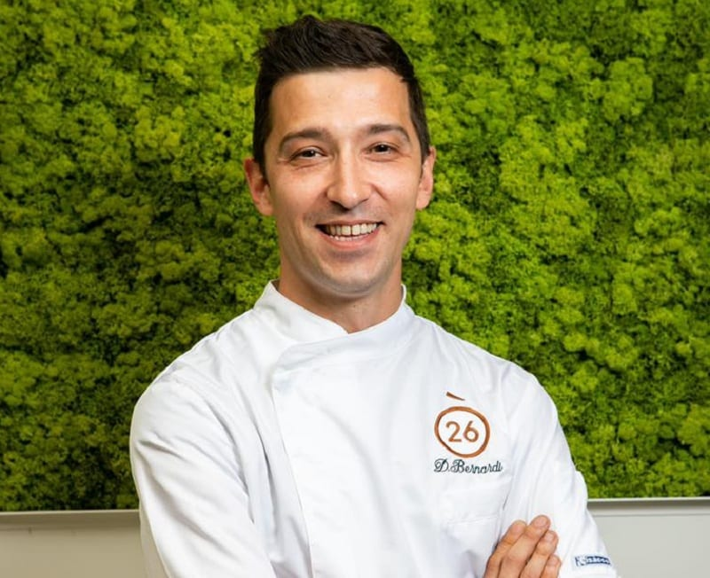 Davide Bernardi in giacca da chef