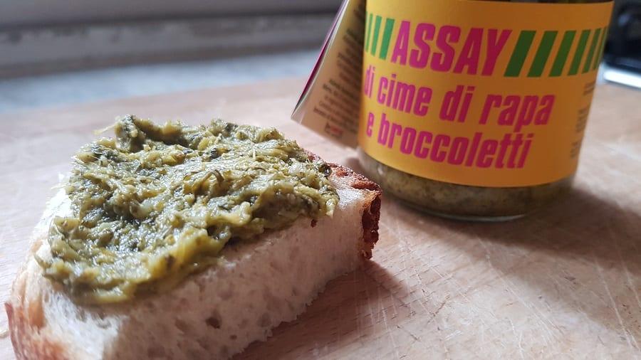 Il pesto di Assay su una fetta di pane