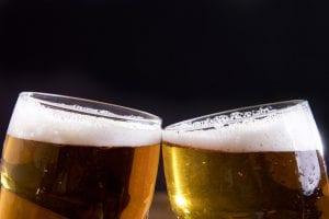 Due bicchieri di birra che brindano visti a metà