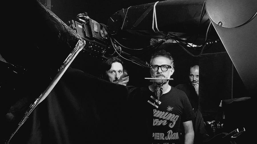 Foto in bianco e nero del backstage di un video con Bottura