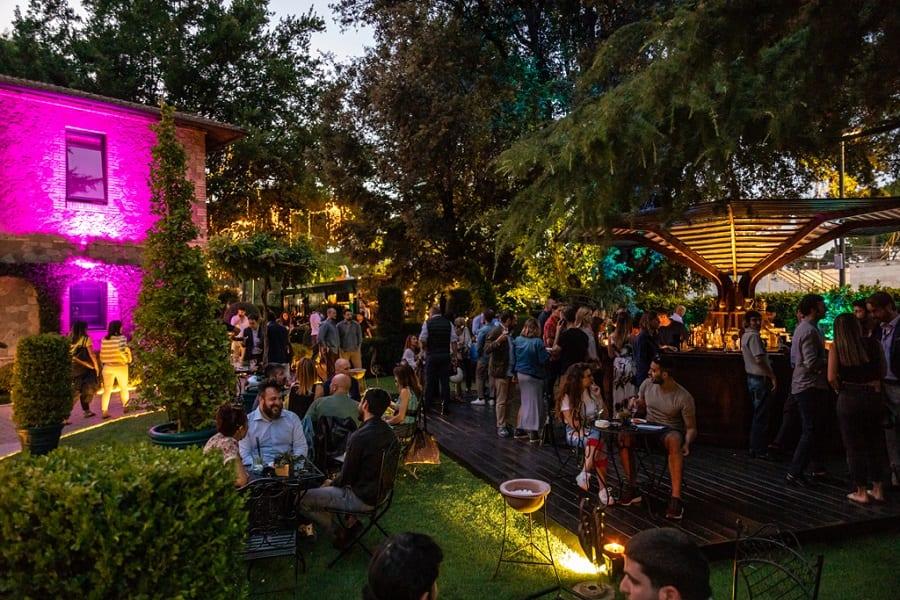 Il giardino dell'Hotel Butterfly di sera, pieno di gente