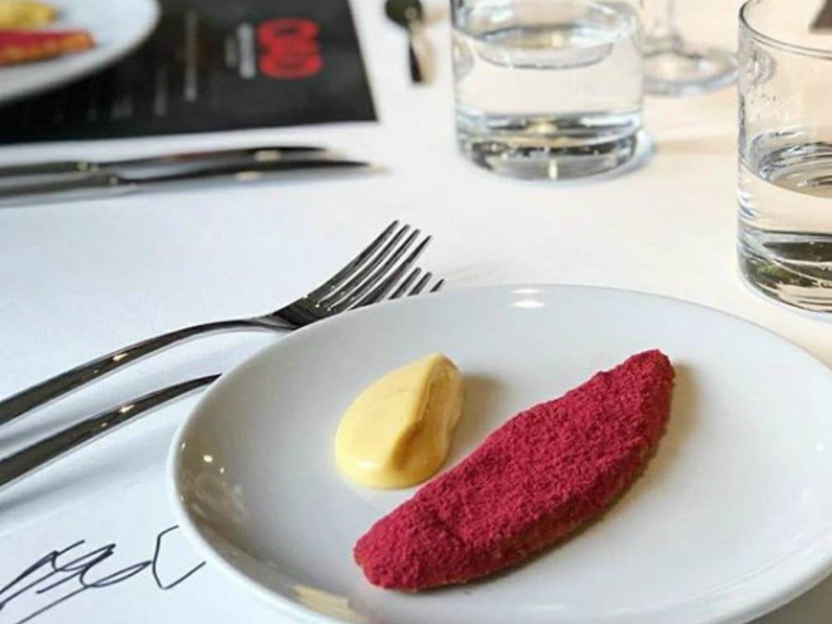 Piatto di Jeremy Chan del ristorante Ikoyi a Londra, presentato durante la cena di gala al Basque Culinary Center