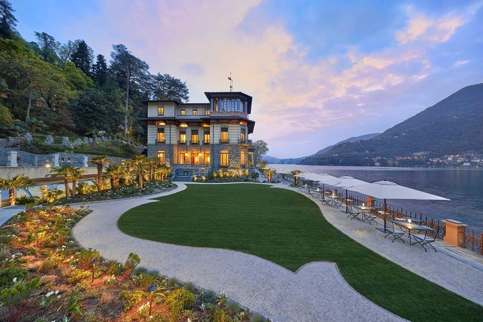 Il giardino e la villa del Mandarin Oriental sul lago di Como al tramonto