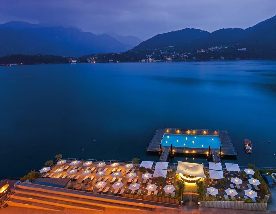 Vista dall'alto, di sera, della terrazza del Grad Hotel Tremezzo con piscina affacciata sul lago di Como