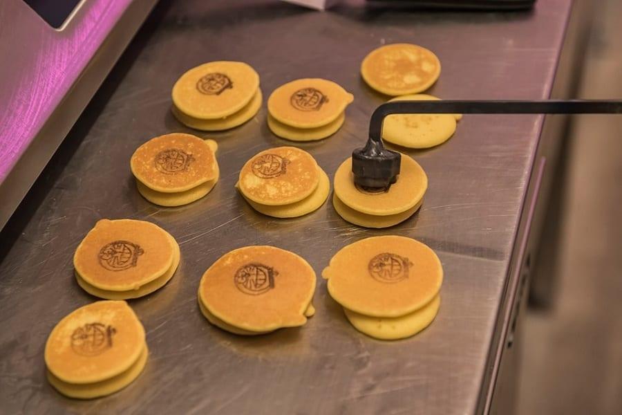 Preparazione dei pancake per i dorayaki sulla piastra