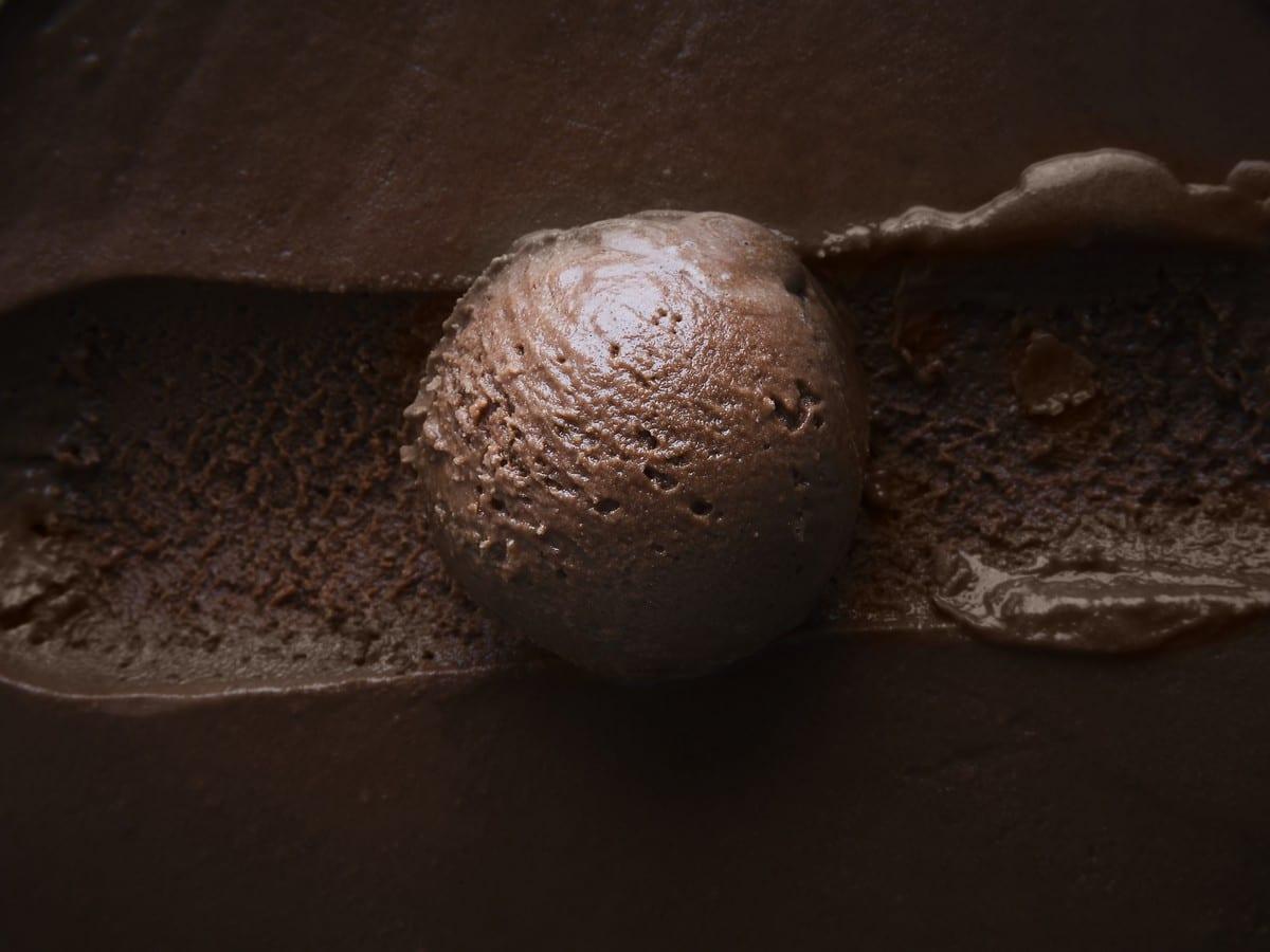 gelato nuovi gusti. Pallina di gusto cioccolato. foto di Marco Varoli