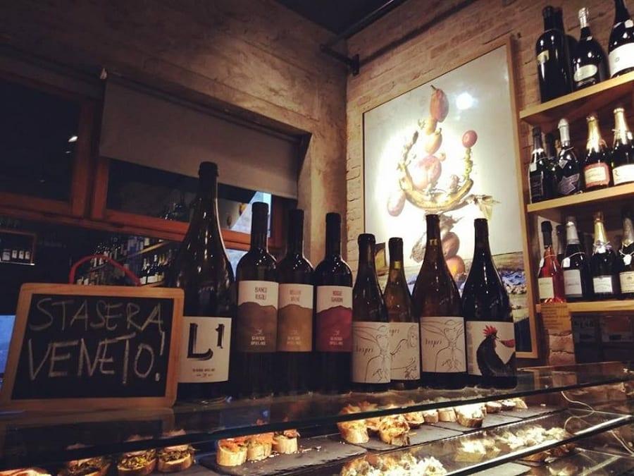 L'interno dell'enoteca Vino Vero, con i vini sul banco