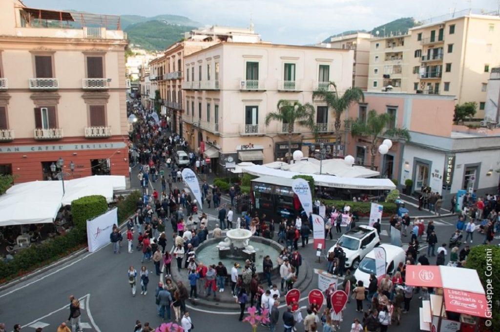 Una vista delle strade di Vico con molte persone che partecipano alla festa