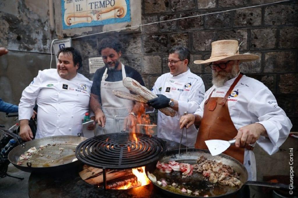 Gennaro esposito davanti alla griglia di Paolo Parisi con altri chef