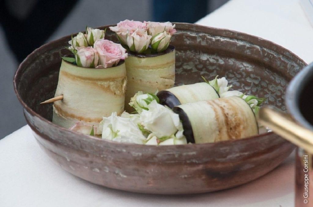 Un piatto di melanzane e fiori