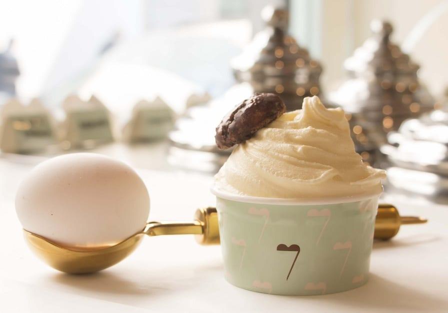 Una coppa di gelato alla crema con uovo di Parisi da Vòce a Milano