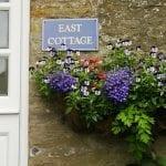 Fiori davanti a una casa di Hawes in nord Yorkshire