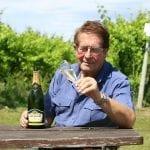 Il produttore di vino inglese David Carr Taylor tra le sue vigne in East Sussex