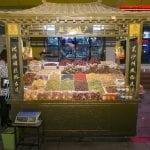 Banchi di frutta secca al mercato Shazhou a Dunhuang