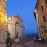 Tramonto su piazza Vittorio Emanuele II a Monte Castello di Vibio Pg