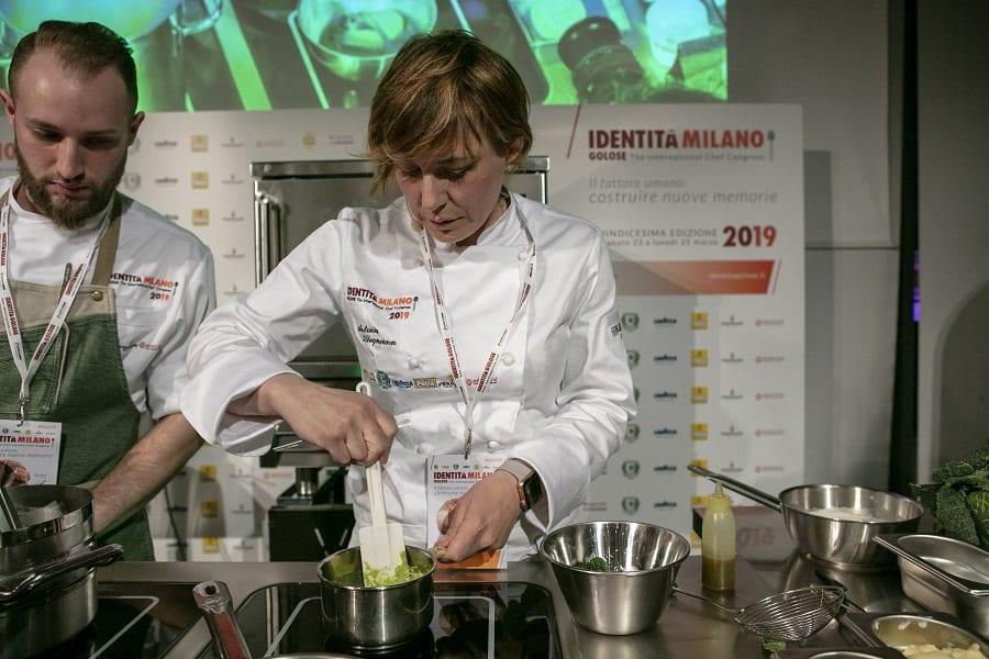 Antonia Klugmann sul palco di Identità Golose 2019 mentre cucina