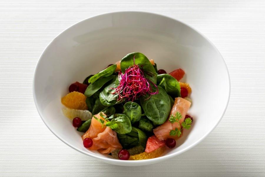 Spinacetti, agrumi, ribes, salmone affumicato, aneto e germogli di rapa rossa