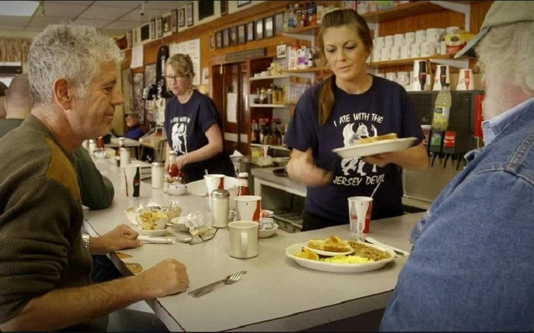 Anthony Bourdain mangia al banco di un locale nel New Jersey