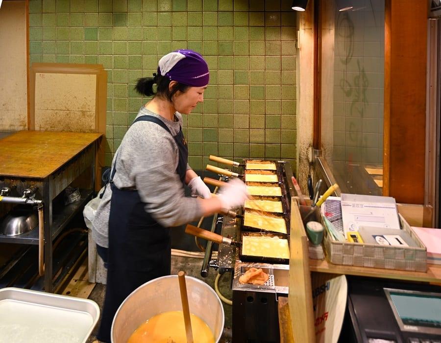 Kyoto, preparazione delle omelette con dashi