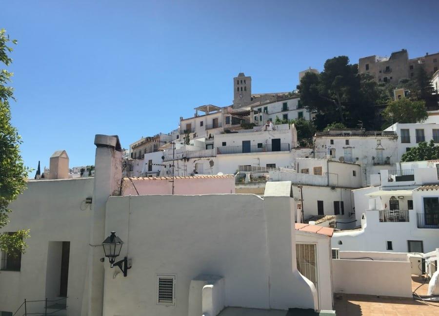 In viaggio. Ibiza: mare, musica e grandi panorami tra i sapori e le tradizioni del passato