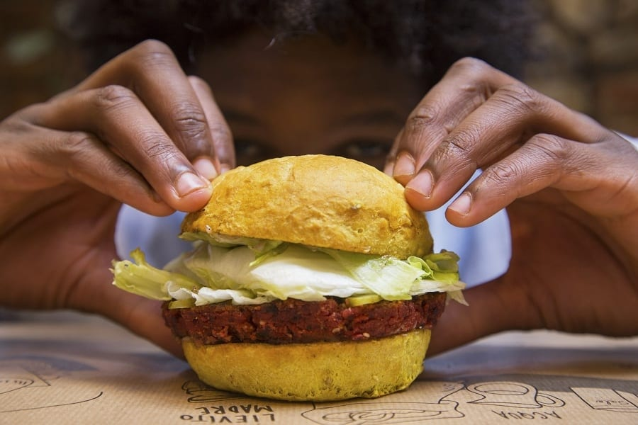 Il debutto di Beyond Burger in Italia. Com'è e perché ha successo la fake meat, ora in vendita da WellDone