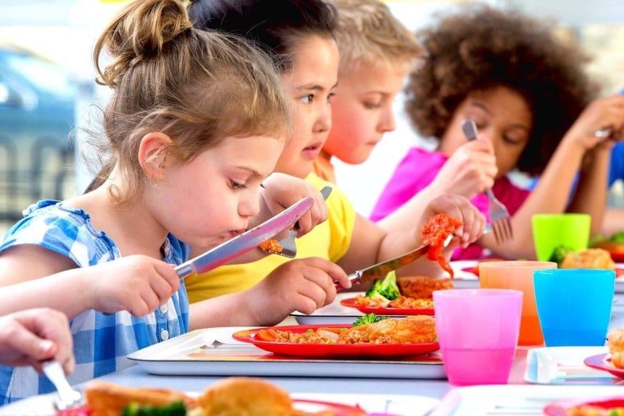 Bambini che mangiano a mensa