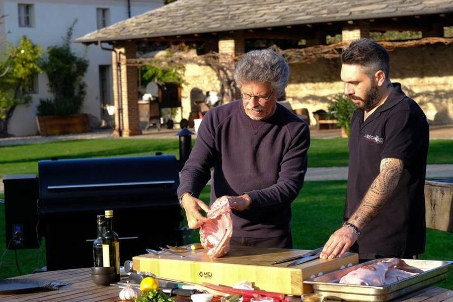 Steven Raichlen Grills Italy. Sesta puntata: carne d'agnello e dessert affumicato a Cuneo