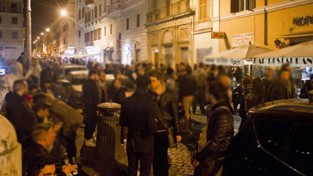 foto di folla in strada di nootte. foto di Romatoday