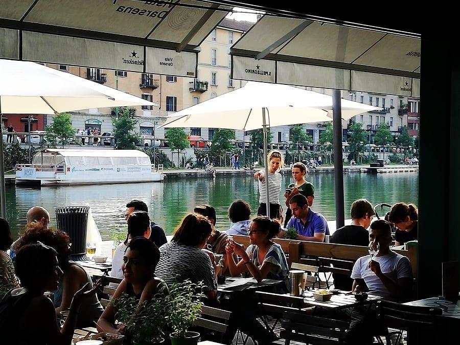 Vista Darsena, i tavolini con affaccio sull'acqua