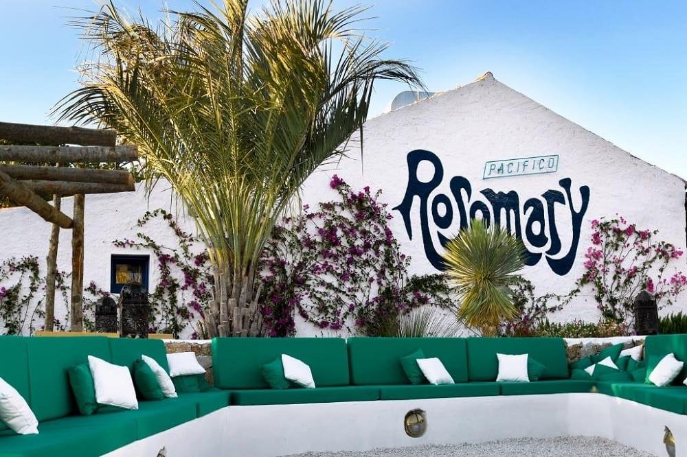Pacifico Rosemary, il giardino con i divanetti all'esterno
