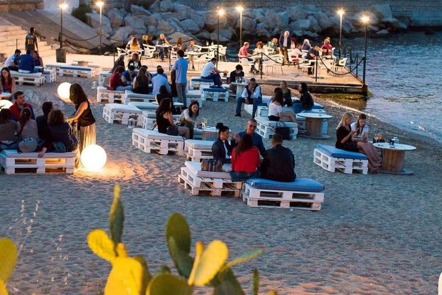 tavoli e panche sulla spiaggia di Palermo, di sera