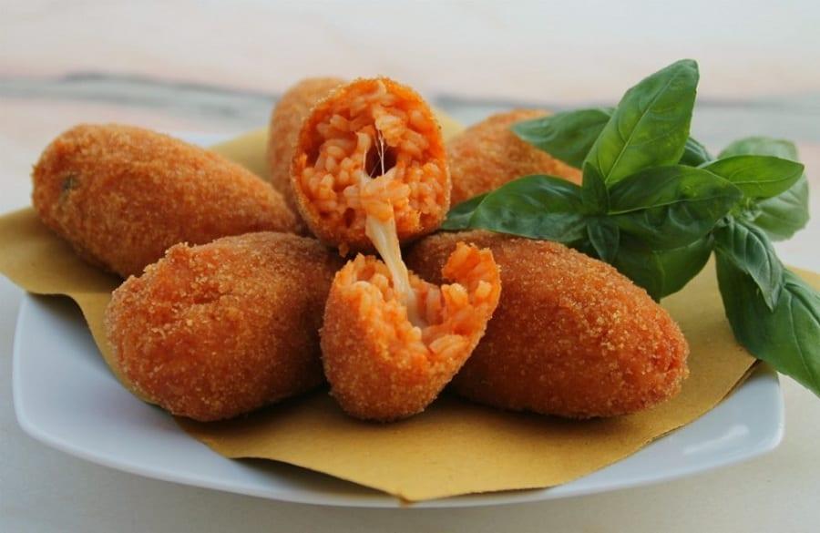Un piatto di supplì con basilico