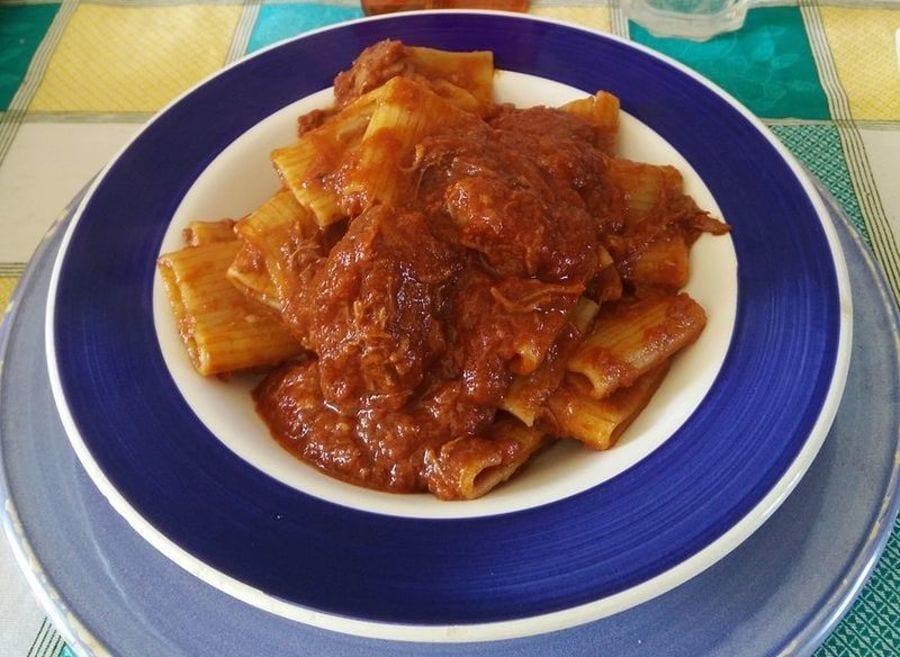Un piatto di pasta al ragù