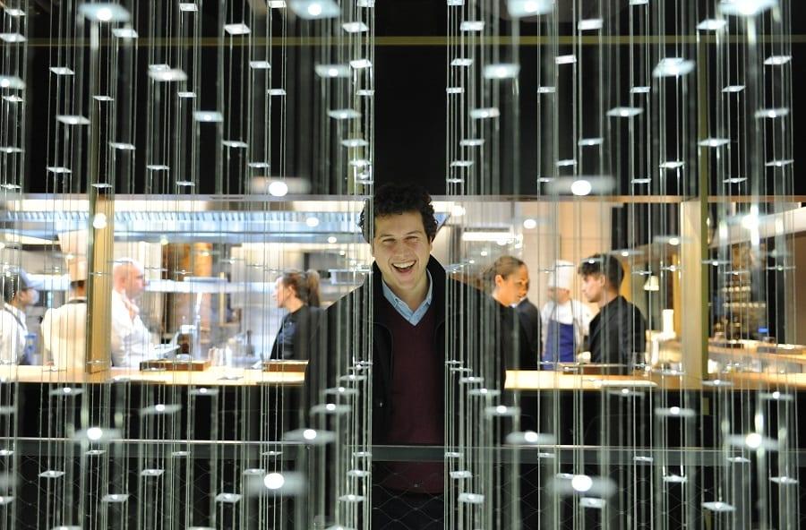 Ritratto di Giovanni Rastrelli da Edit, dietro un fascio di luci verticali