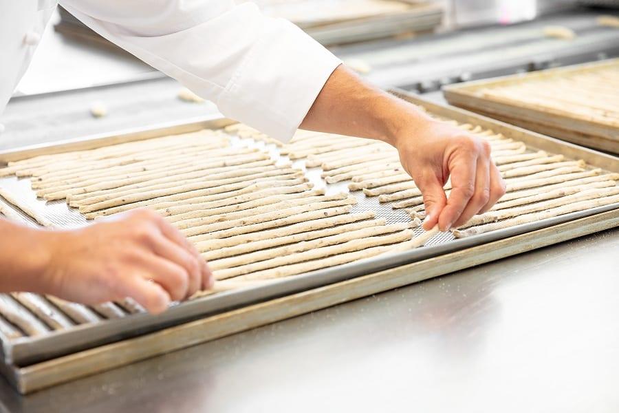 La preparazione dei grissini stesi in teglia all'AtelieReale