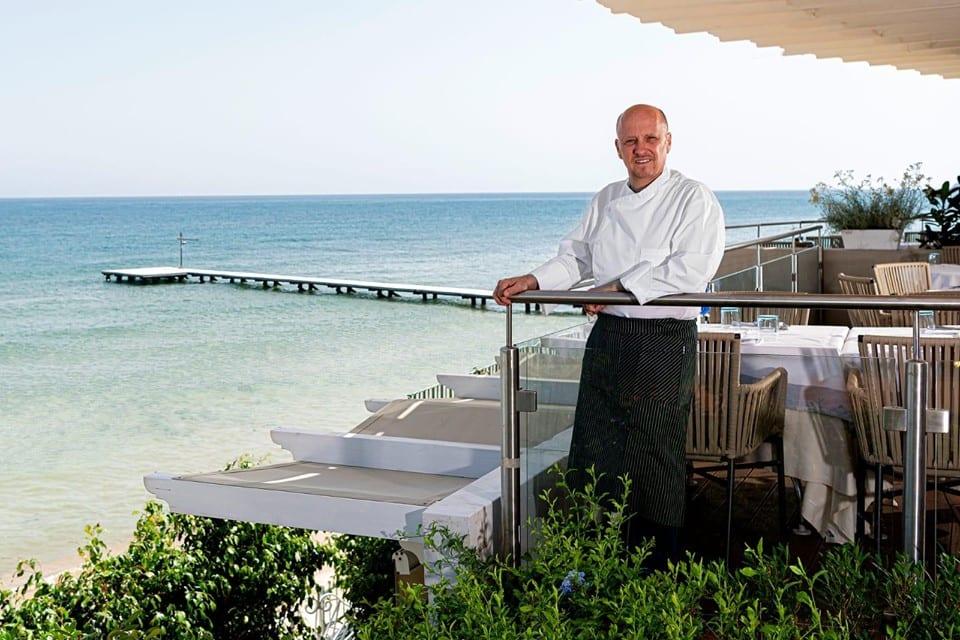 Heinz Beck affacciato sulla terrazza del suo ristorante al Forte Village, col mare di Santa Margherita di Pula all'orizzonte
