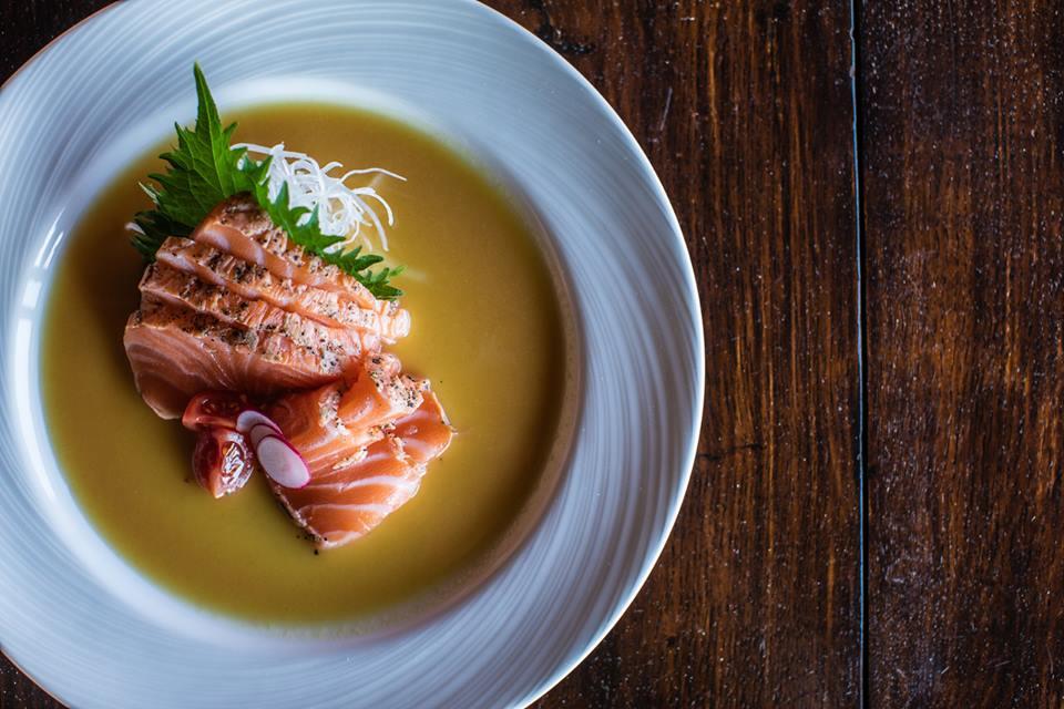Un piatto di sashimi di salmone marinato da Nobu a Cala di Volpe