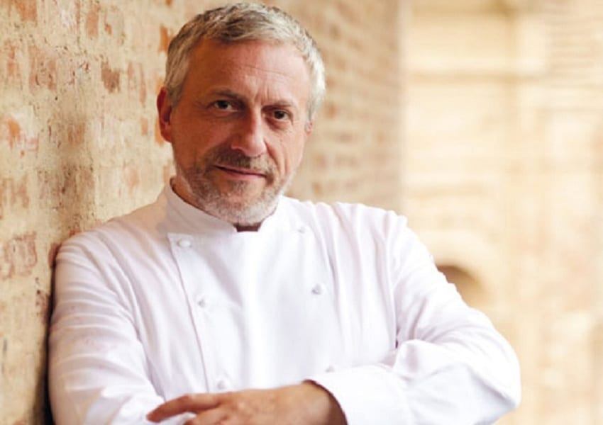 Ritratto di Davide Scabin a mezzo busto, con la giacca da chef