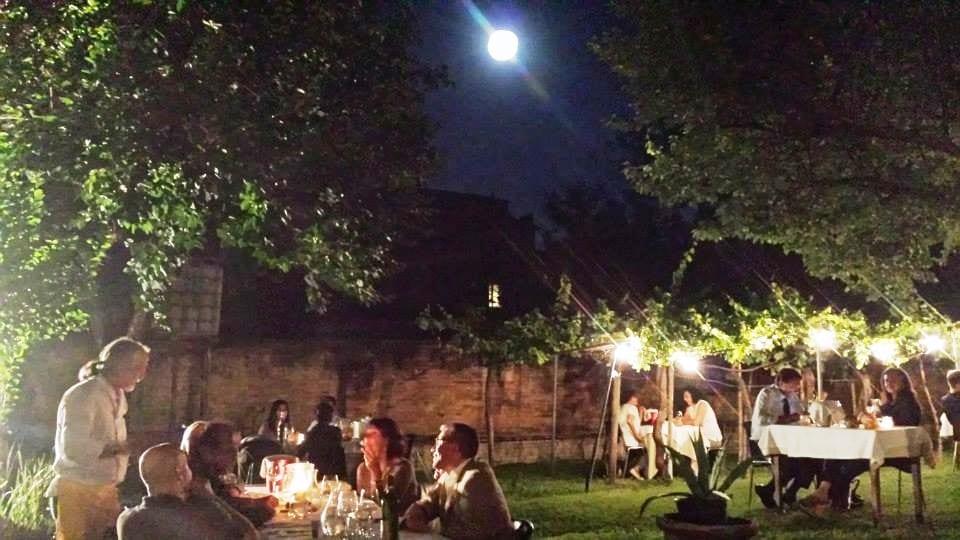 Il giardino di Scaccomatto di sera con i tavoli all'aperto
