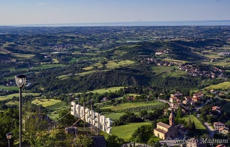 Le colline del riminese viste dall'alto, con vista su Torriana