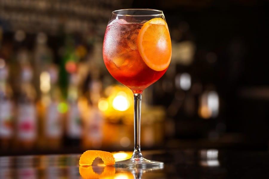 Un bicchiere di Aperol spritz con arancia