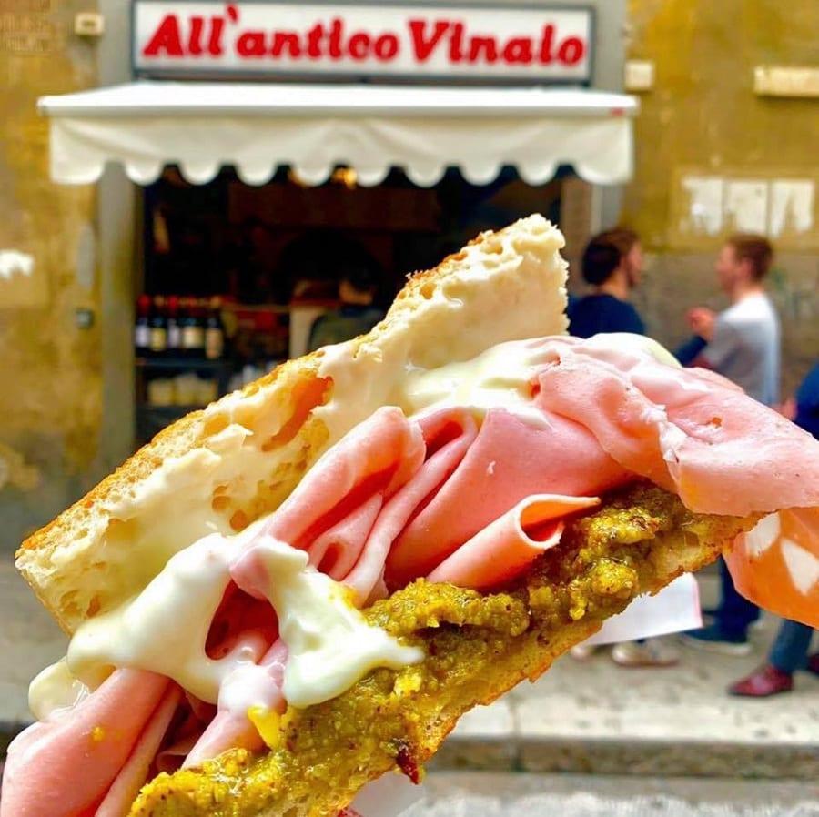 L'Antico Vinaio di Firenze, la schiacciata con la mortadella all'ingresso di via de' Neri