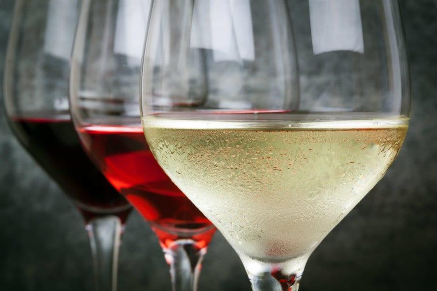 Tre bicchieri di vino: bianco rosso e rosato