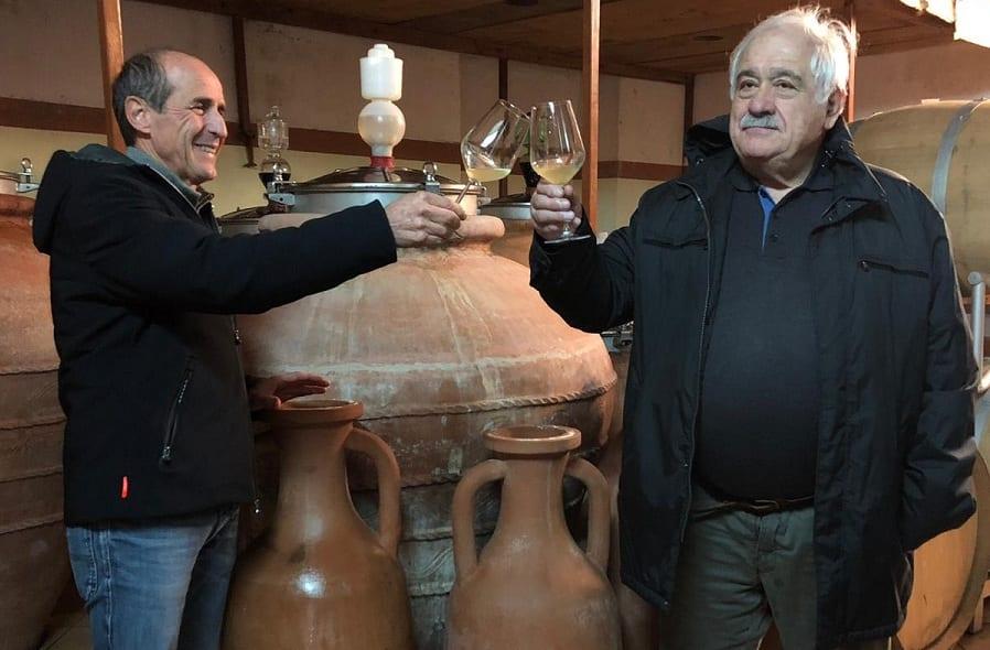 Il professor Attilio Scienza e Antonio Arrighi brindano al primo Vinum Insulae assaggiato in cantina, tra le anfore